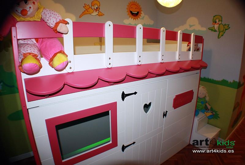 cama casita en habitación temática